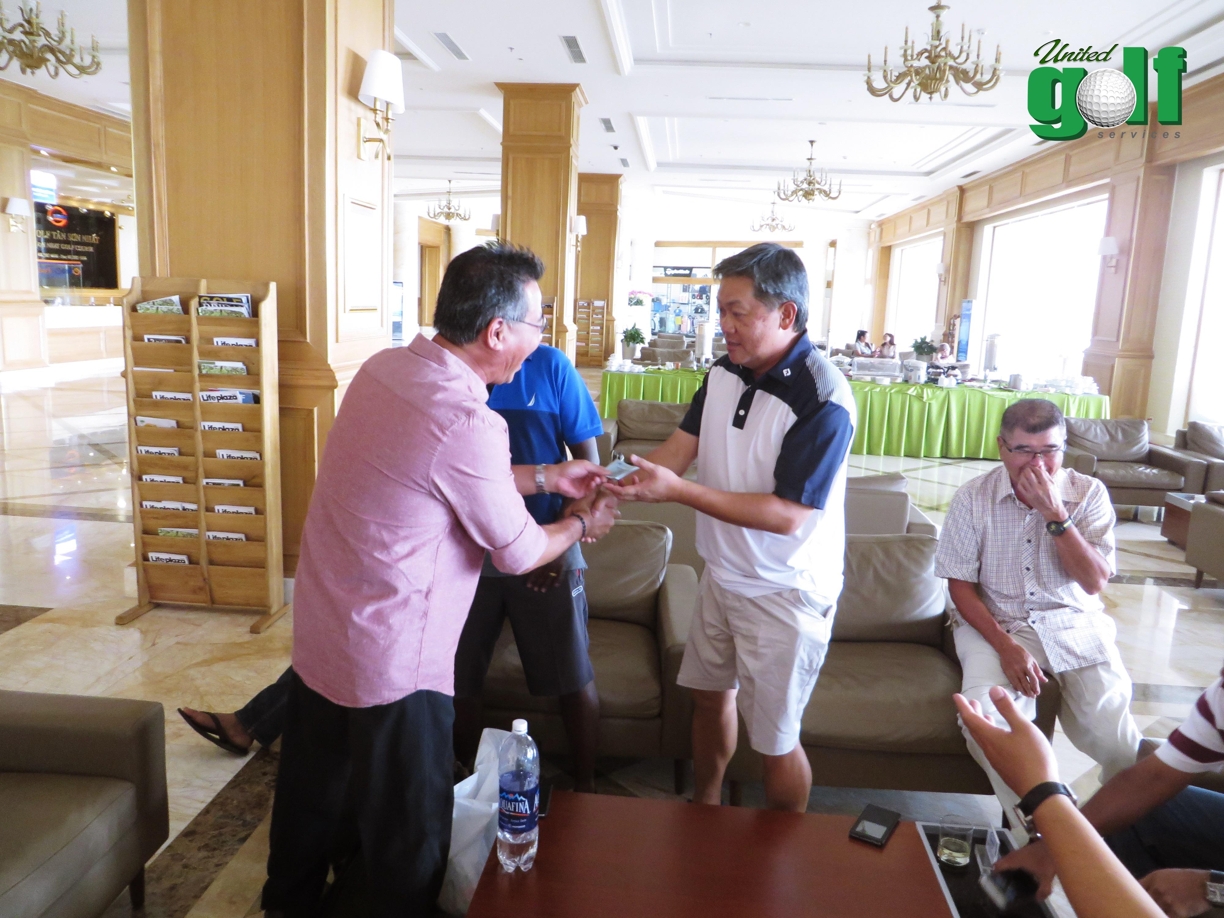 golfer ăn uống tại khách sạn
