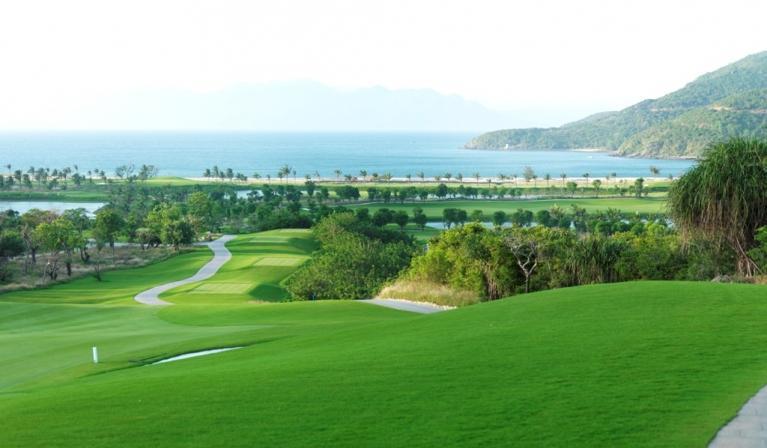 Không gian thoáng mát hấp dẫn của sân golf